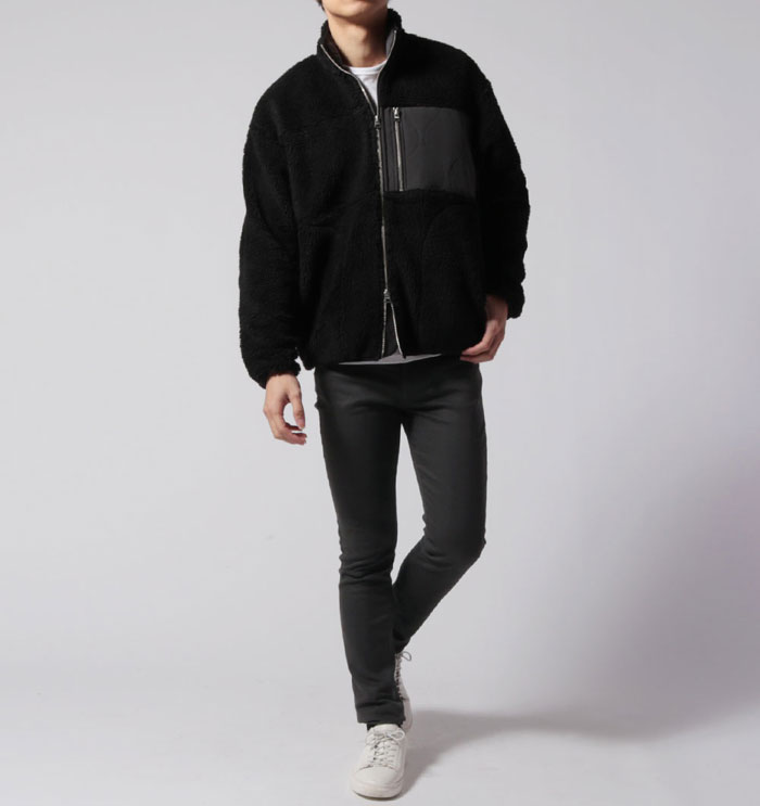 黒のボアジャケットに白のカットソーのメンズコーデ