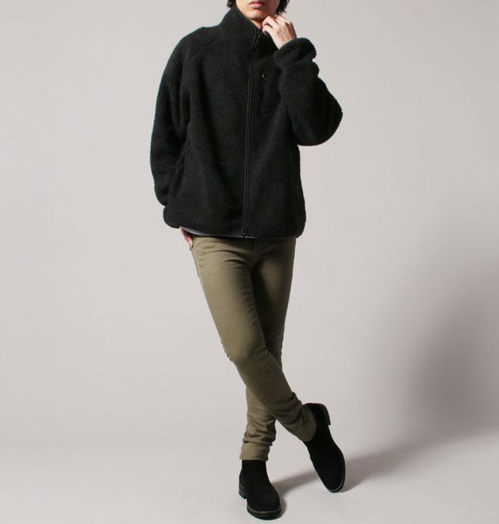 黒のボアジャケットにカーキのスキニーパンツのコーデ