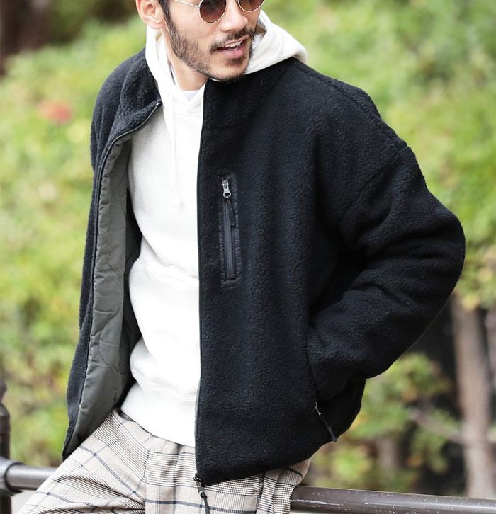 黒のボアジャケットとチェックパンツのコーデ