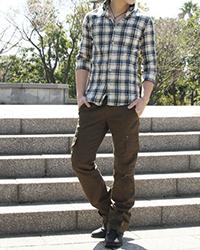 青チェックシャツとカーゴパンツのメンズコーデ