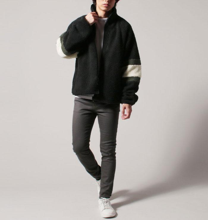 黒のボアジャケットとスキニーパンツのコーデ