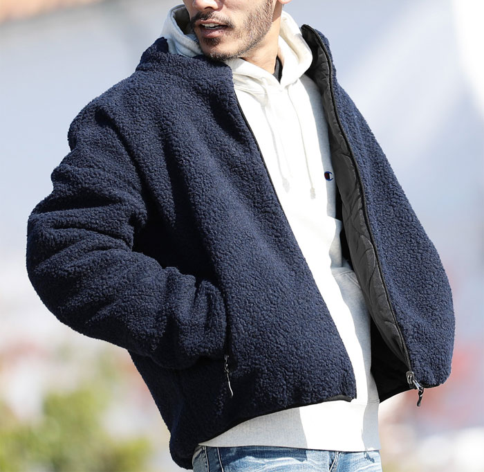 ネイビーのボアジャケットと白のパーカーのコーデ